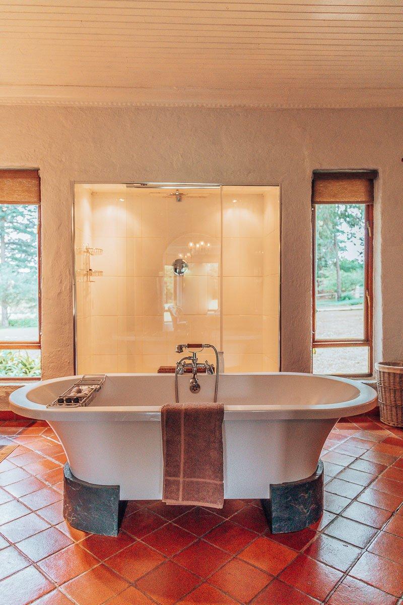 Emanzini Pool Suite Bathroom